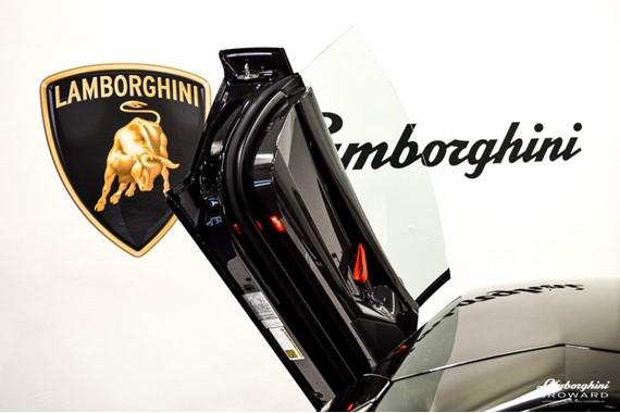 2016_Lamborghini_Aventador_SV_Roadster_08