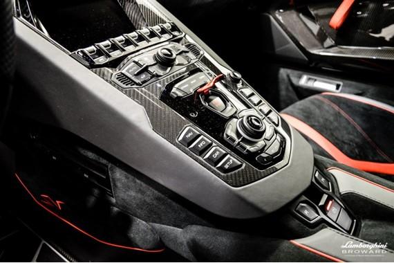 2016_Lamborghini_Aventador_SV_Roadster_16