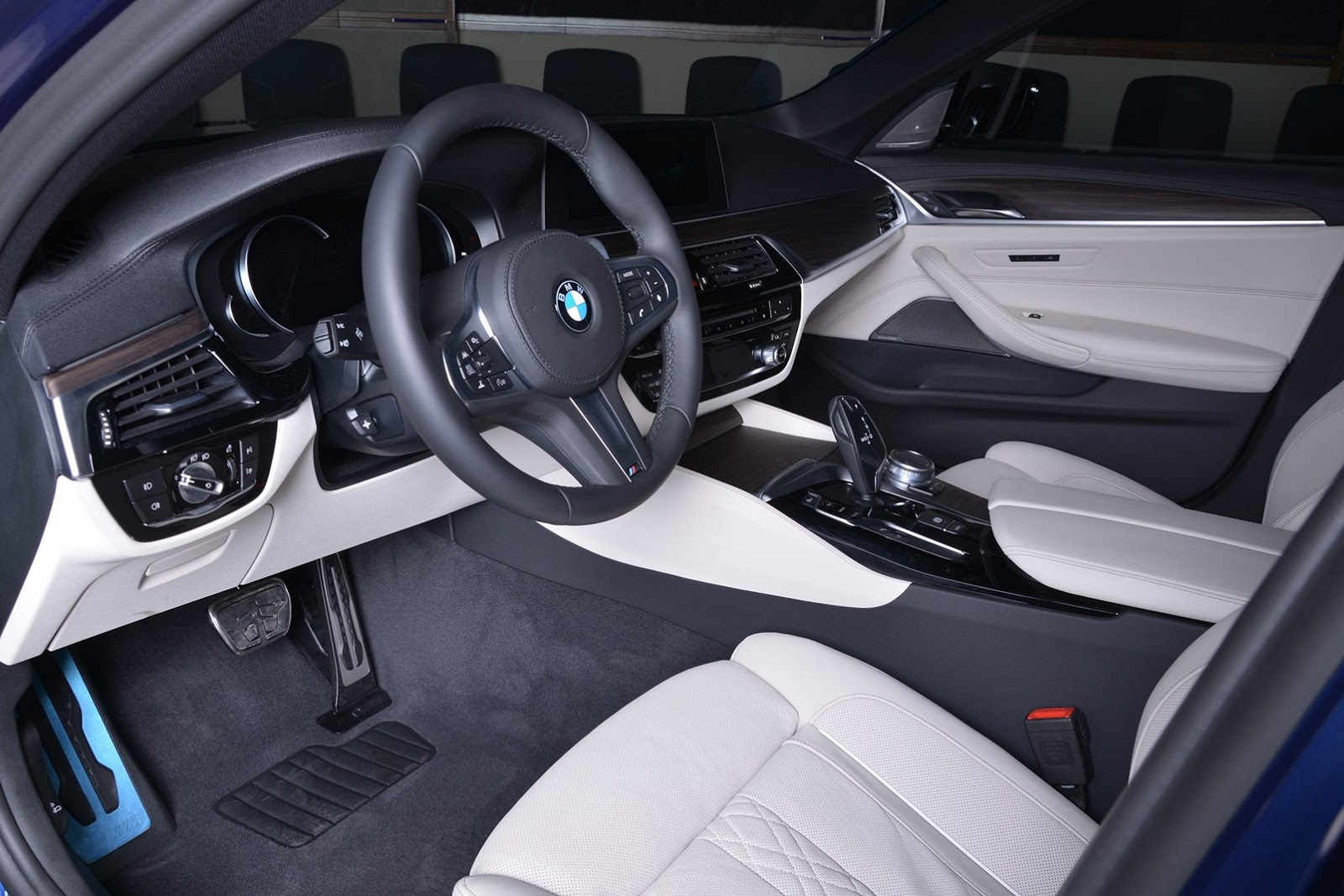 2017_BMW_540i_M-Performance_12