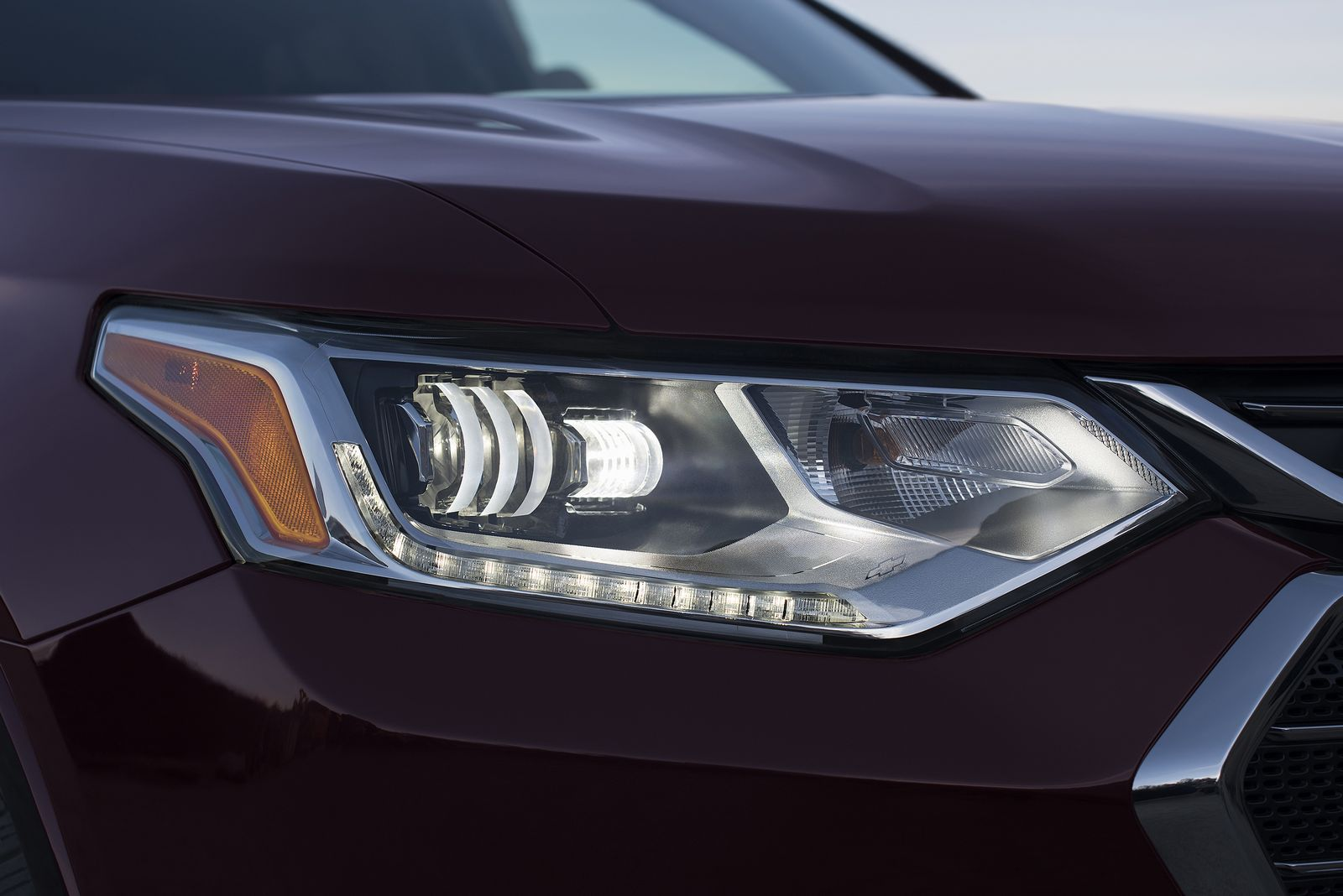 The 2018 Traverse has a new look inspired by Chevrolet's full-size SUVs, with purposeful proportions complemented by premium cues such as chrome accents, LED signature lighting and available D-Optic LED headlamps.