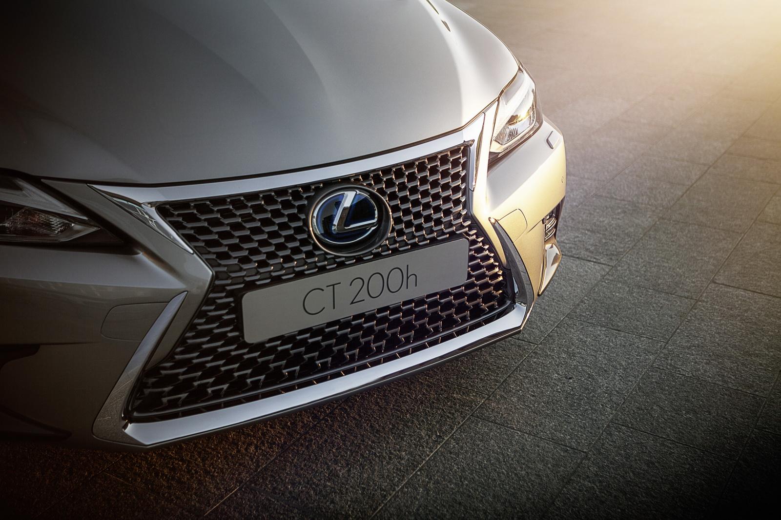 2018_Lexus_NT_CT200h_16
