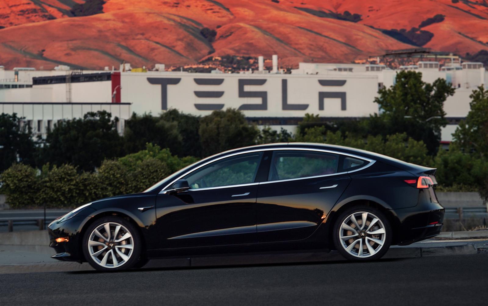 2018_Tesla_Model_3_01