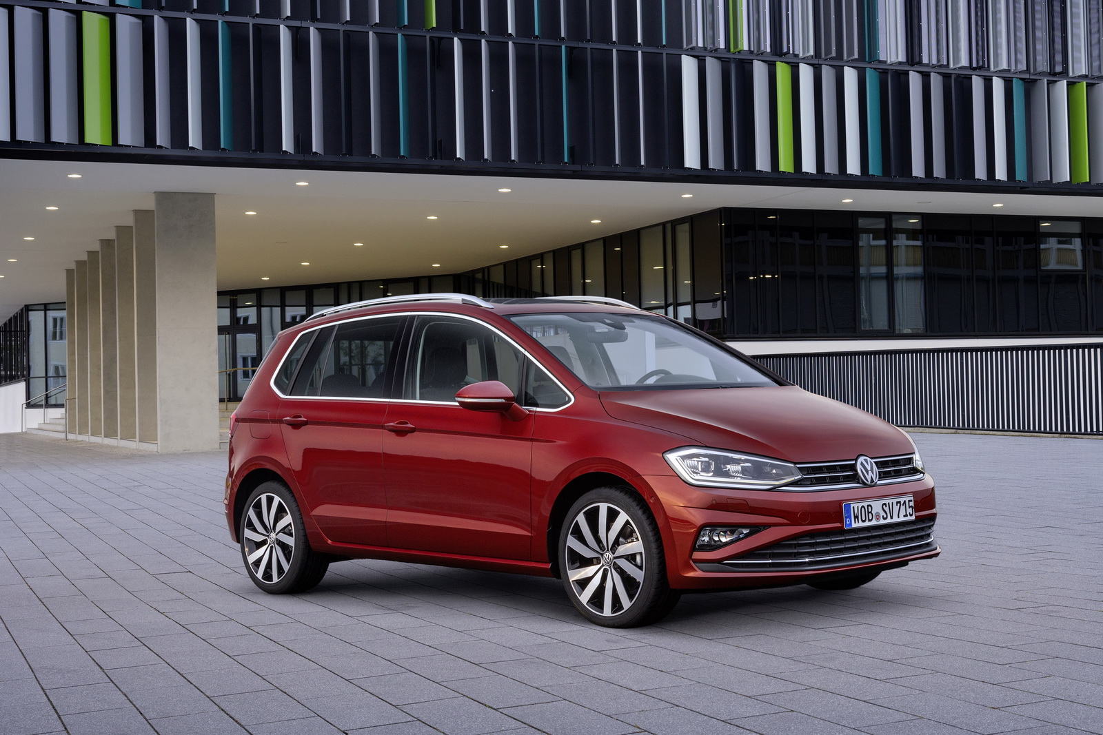 2018_Volkswagen_Golf_Sportsvan_facelift_01