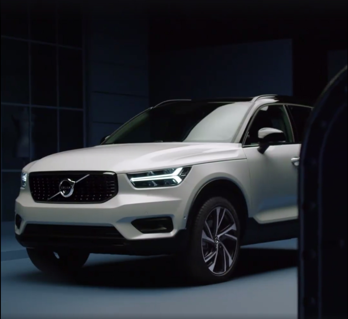 2018_Volvo_XC40_leaked_11