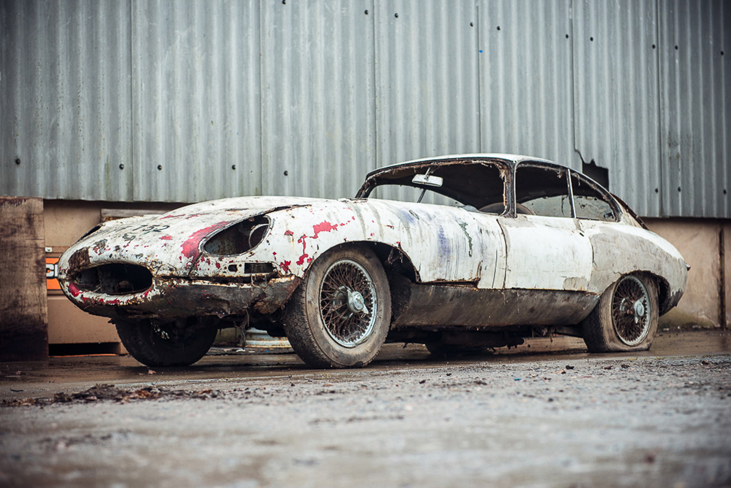 Abandoned Jaguar E-Type 1962 in auction (1)