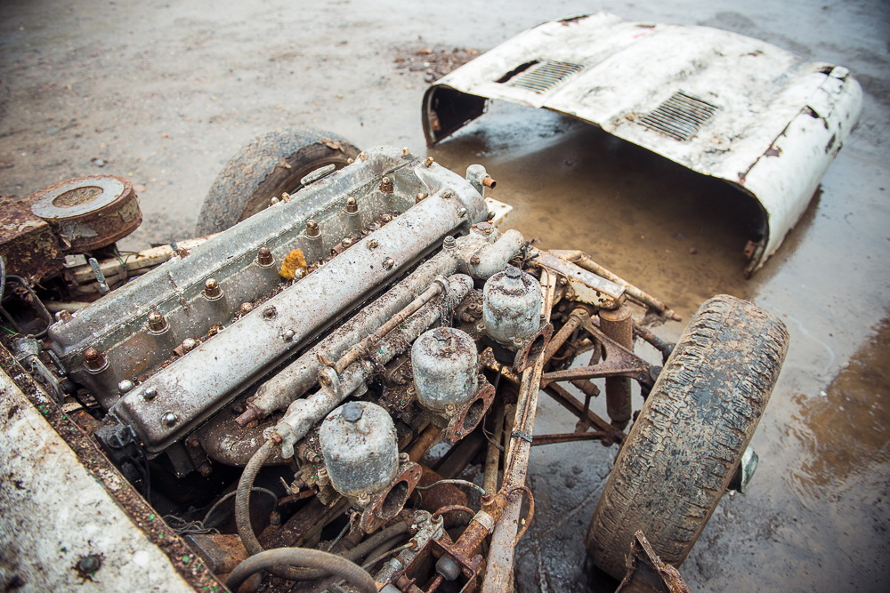 Abandoned Jaguar E-Type 1962 in auction (14)