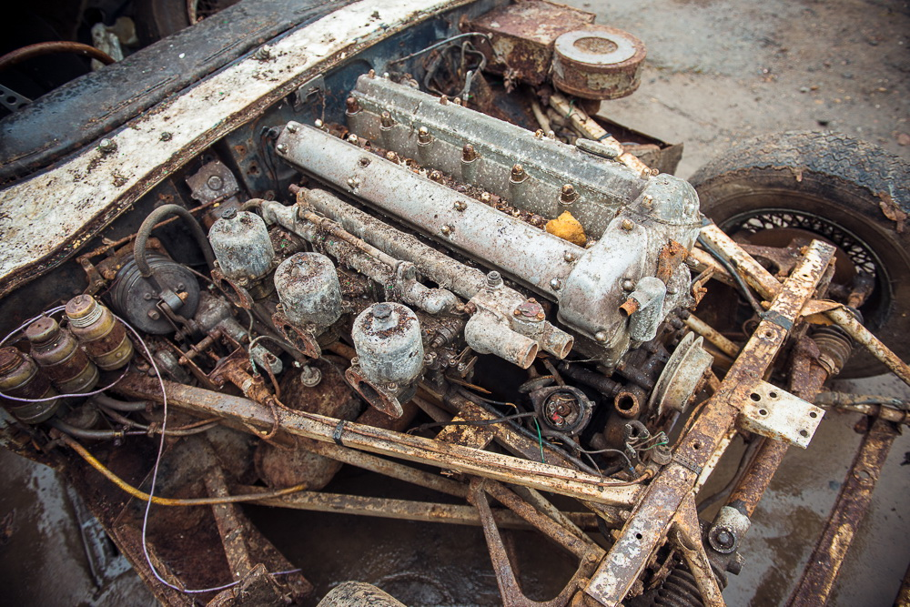 Abandoned Jaguar E-Type 1962 in auction (15)