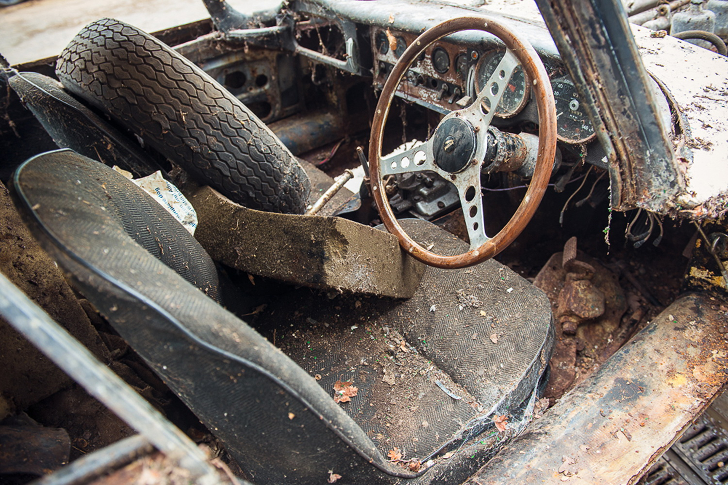Abandoned Jaguar E-Type 1962 in auction (23)