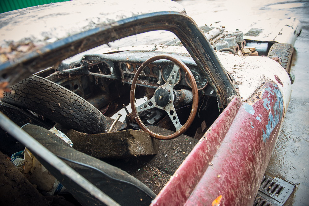 Abandoned Jaguar E-Type 1962 in auction (5)
