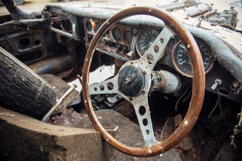 Abandoned Jaguar E-Type 1962 in auction (7)