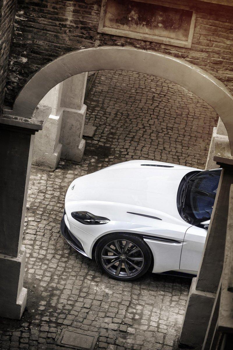 Aston-Martin-DB11-11
