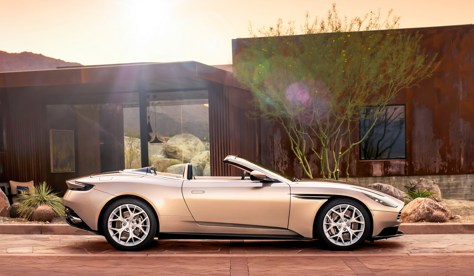 Aston_Martin_DB11_Volante_09