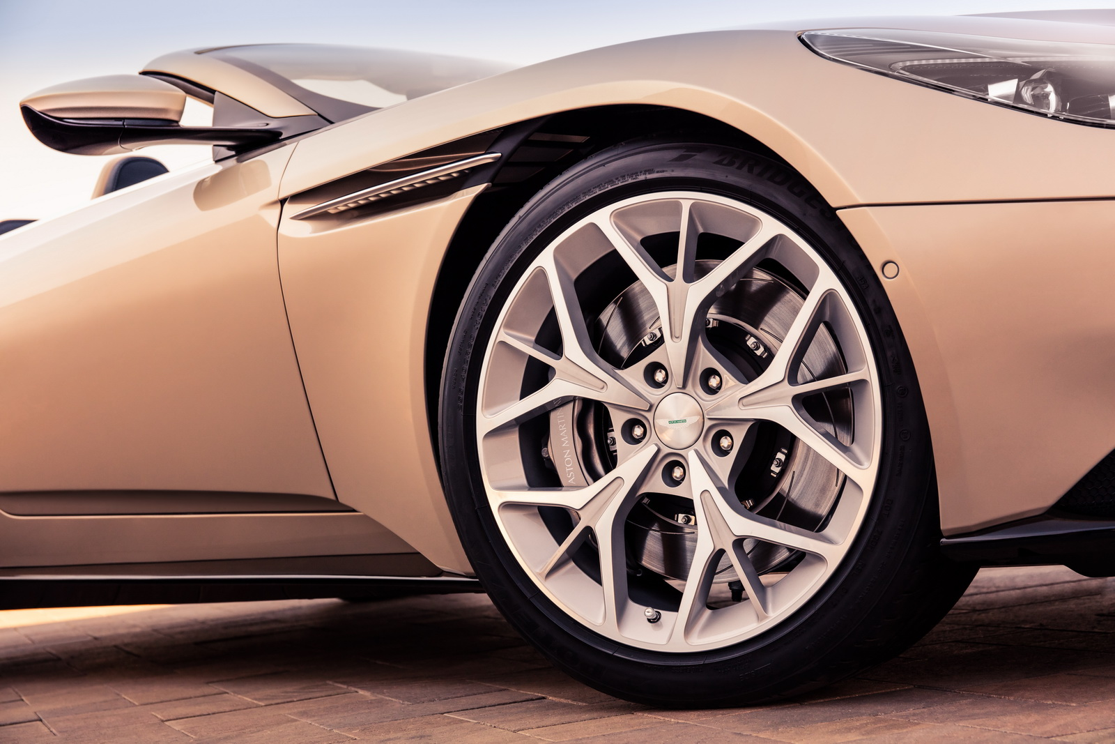 Aston_Martin_DB11_Volante_17