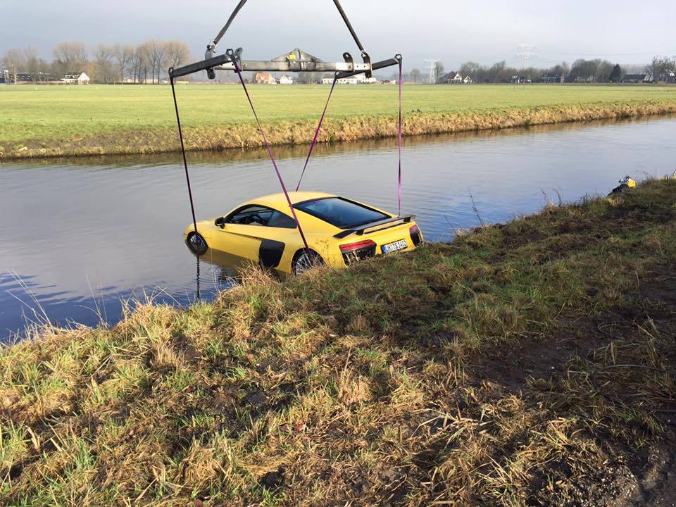 Audi R8 V10 Plus in water (3)