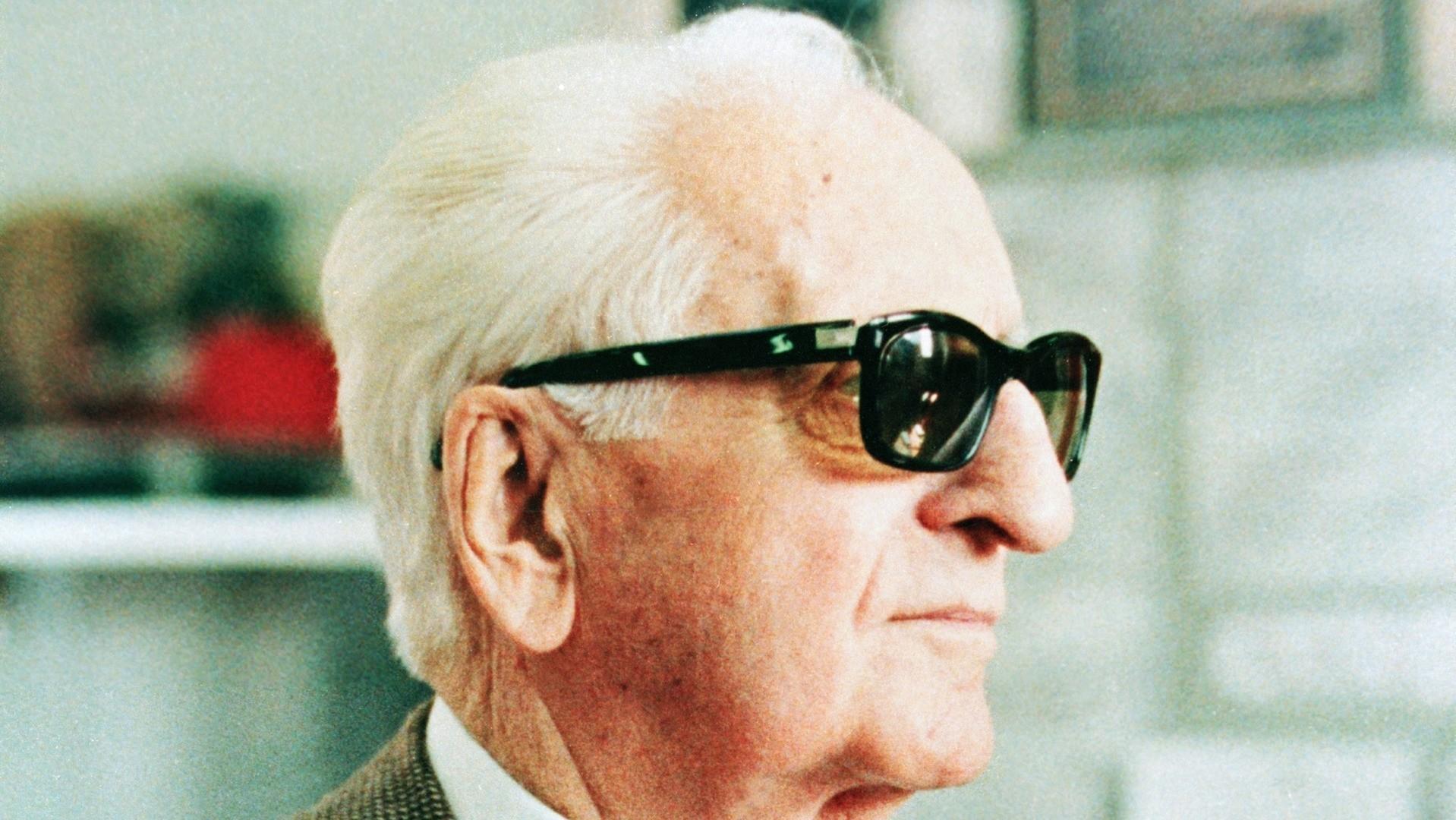 - 85° Compleanno di Enzo Ferrari- Ricorrenza festeggiata in Fabbrica con la presenza di tutti i dipendenti.- Per l'occasione Ferrari consegna a tutti una medaglia ricordo per i suoi 60 anni di lavoro.