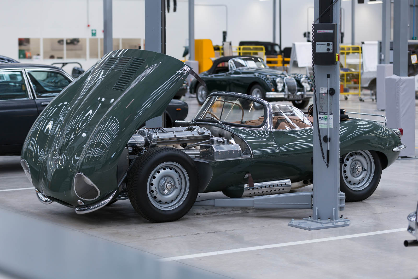Jaguar_Land_Rover_Classic_Car_Center_33