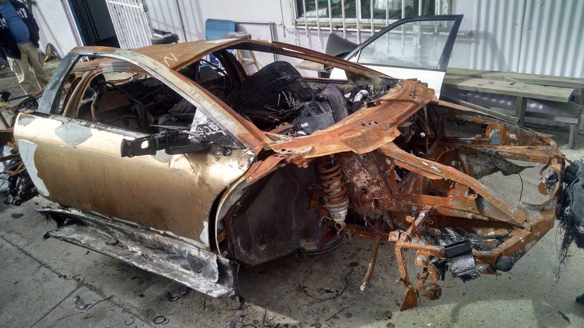 Lamborghini_Murcielago_destroyed_by_fire_01