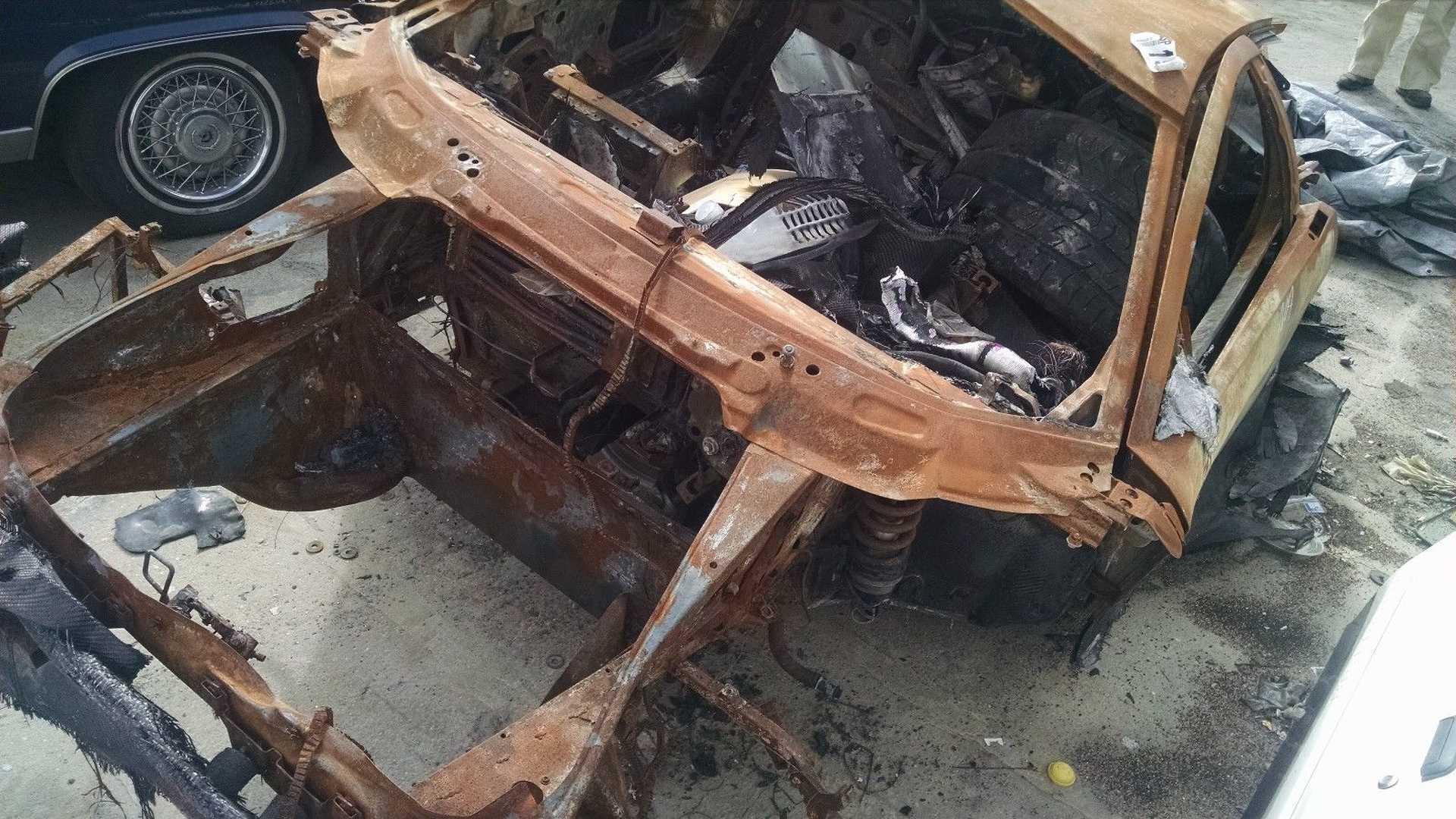 Lamborghini_Murcielago_destroyed_by_fire_02