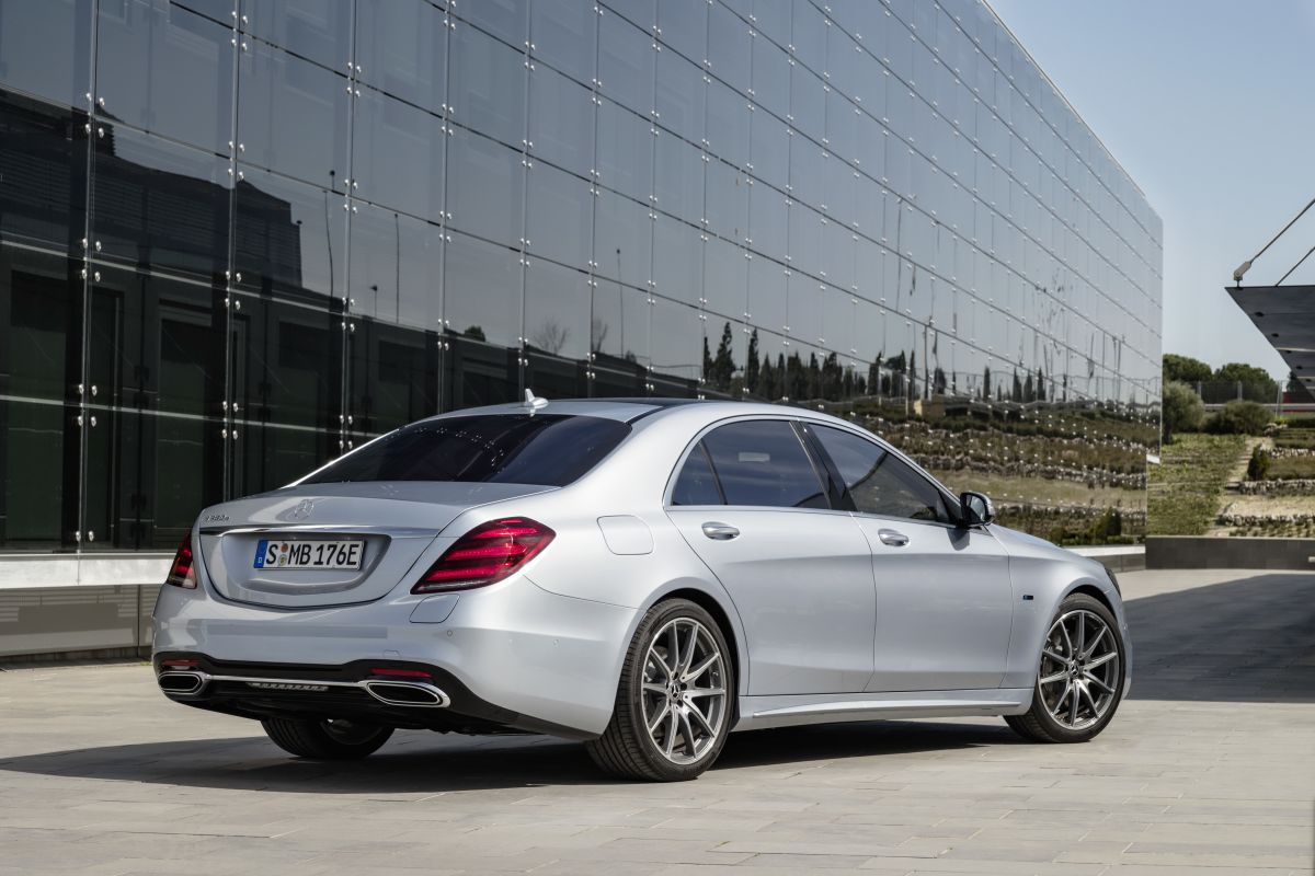 Mercedes-Benz-S560e-1