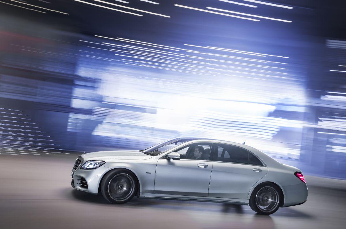 Mercedes-Benz-S560e-4