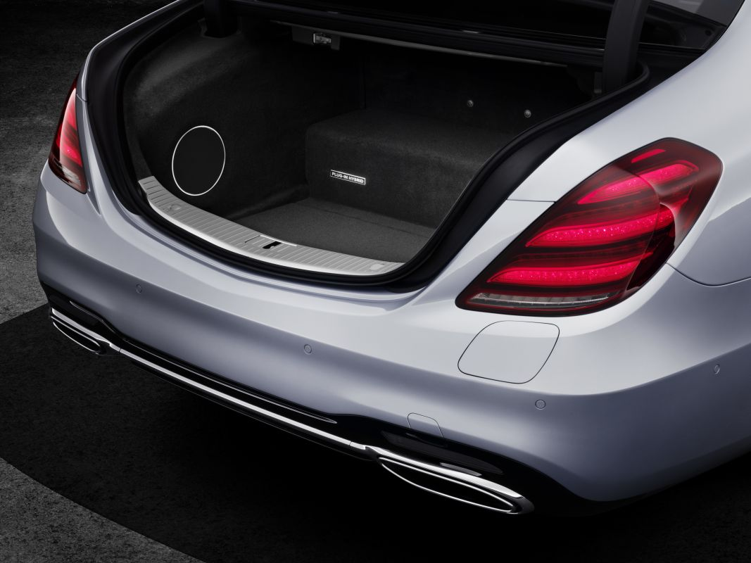 Mercedes-Benz-S560e-7