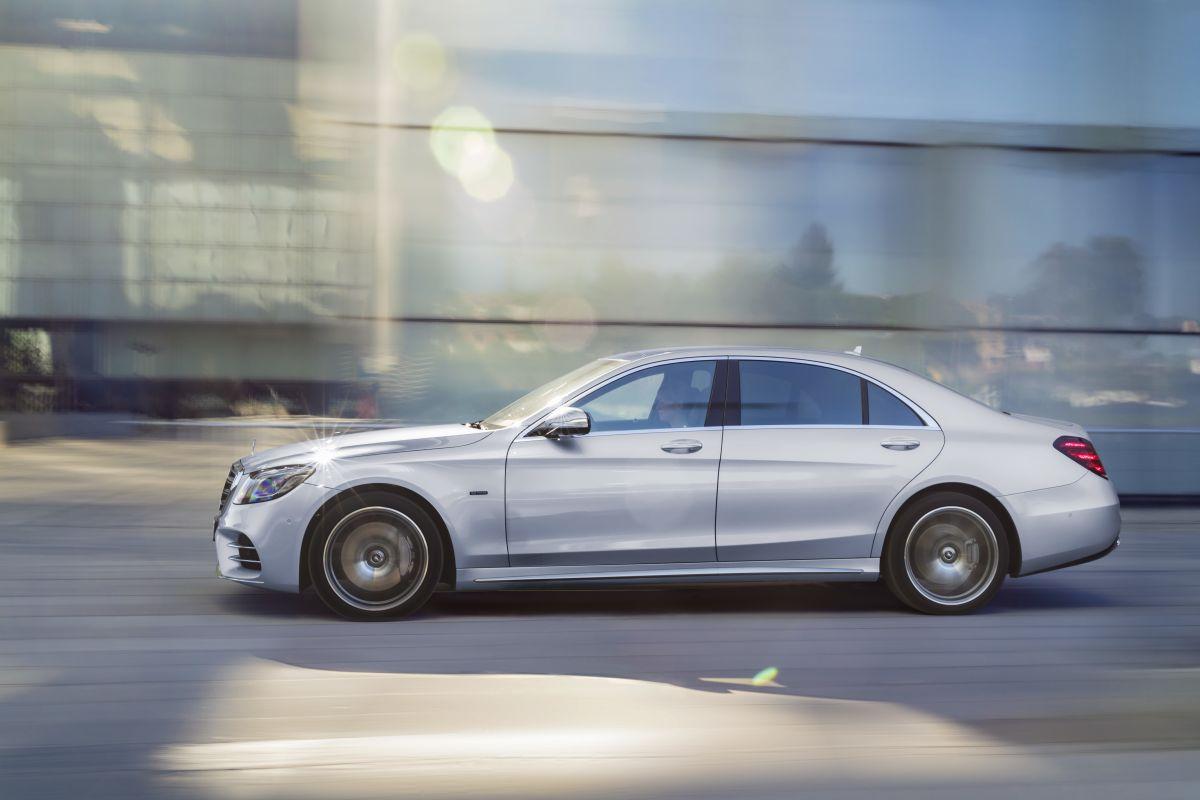 Mercedes-Benz-S560e-8
