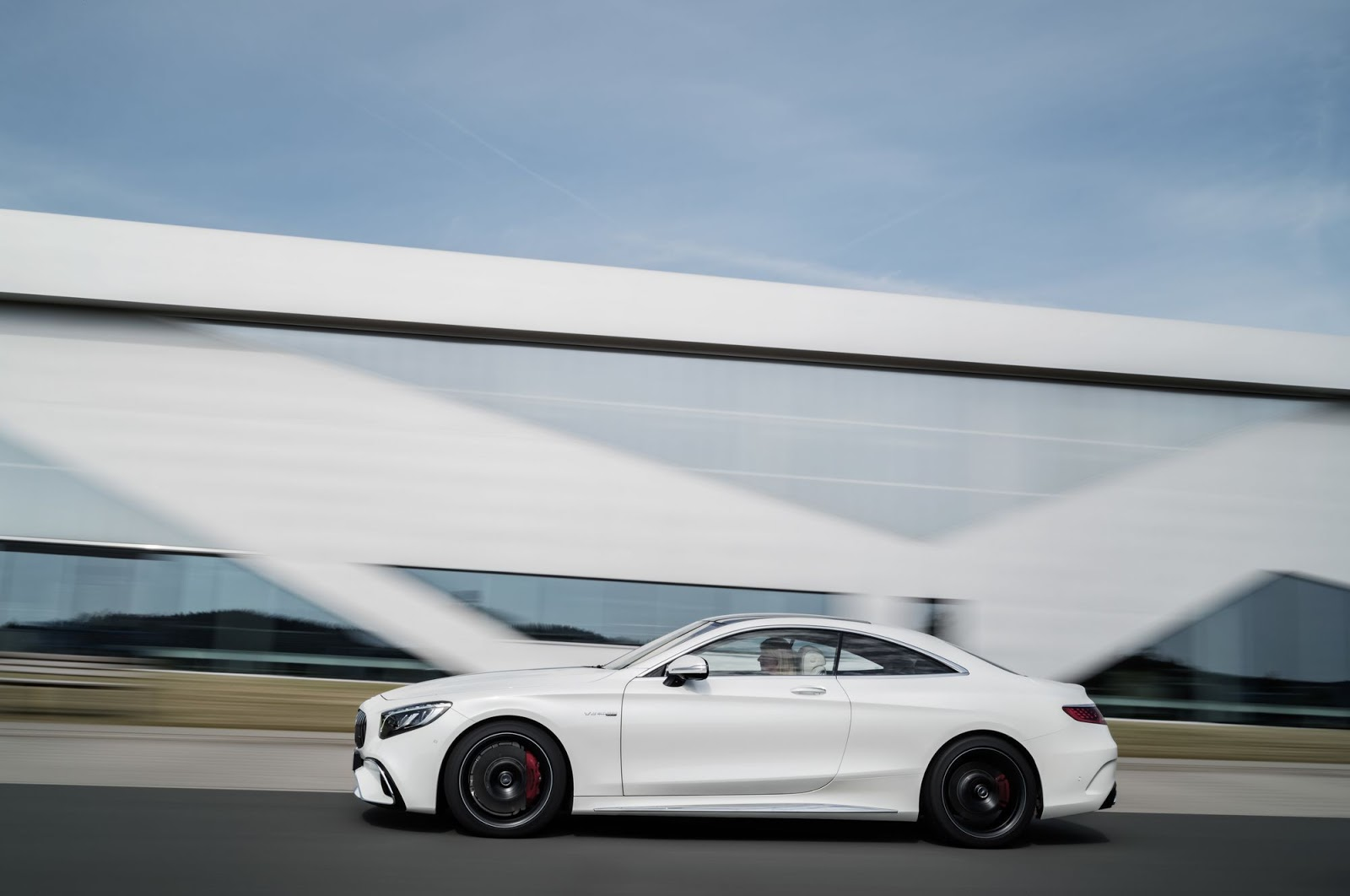 Mercedes-AMG S 63 4MATIC+ Coupé, 2017. Exterieur: designo diamantweiß bright;Kraftstoffverbrauch kombiniert: 9,3 l/100 km; CO2-Emissionen kombiniert: 211 g/km*