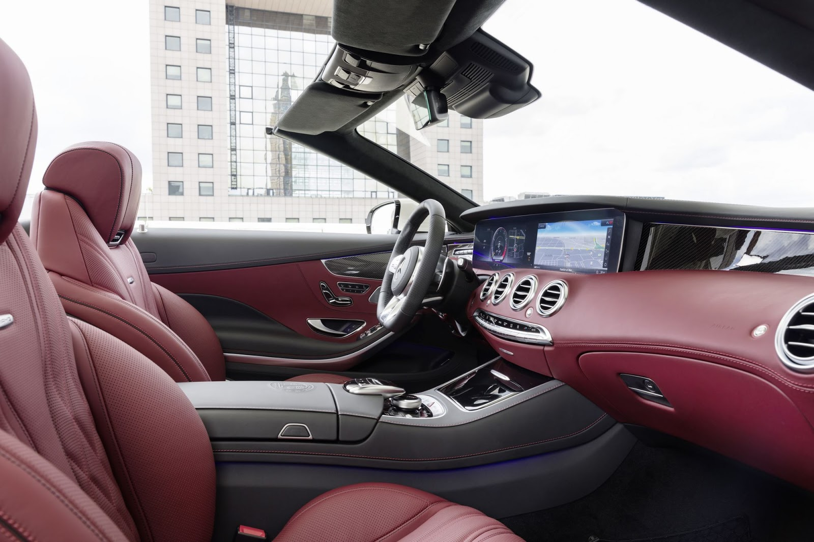 Mercedes-AMG S 63 4MATIC+ Cabriolet, 2017. Interieur: designo Leder Exklusiv Nappa AMG bengalrot/schwarz. Exterieur: designo diamantweiß bright;(Kraftstoffverbrauch kombiniert: 10,1 l/100 km; CO2-Emissionen kombiniert: 229 g/km*