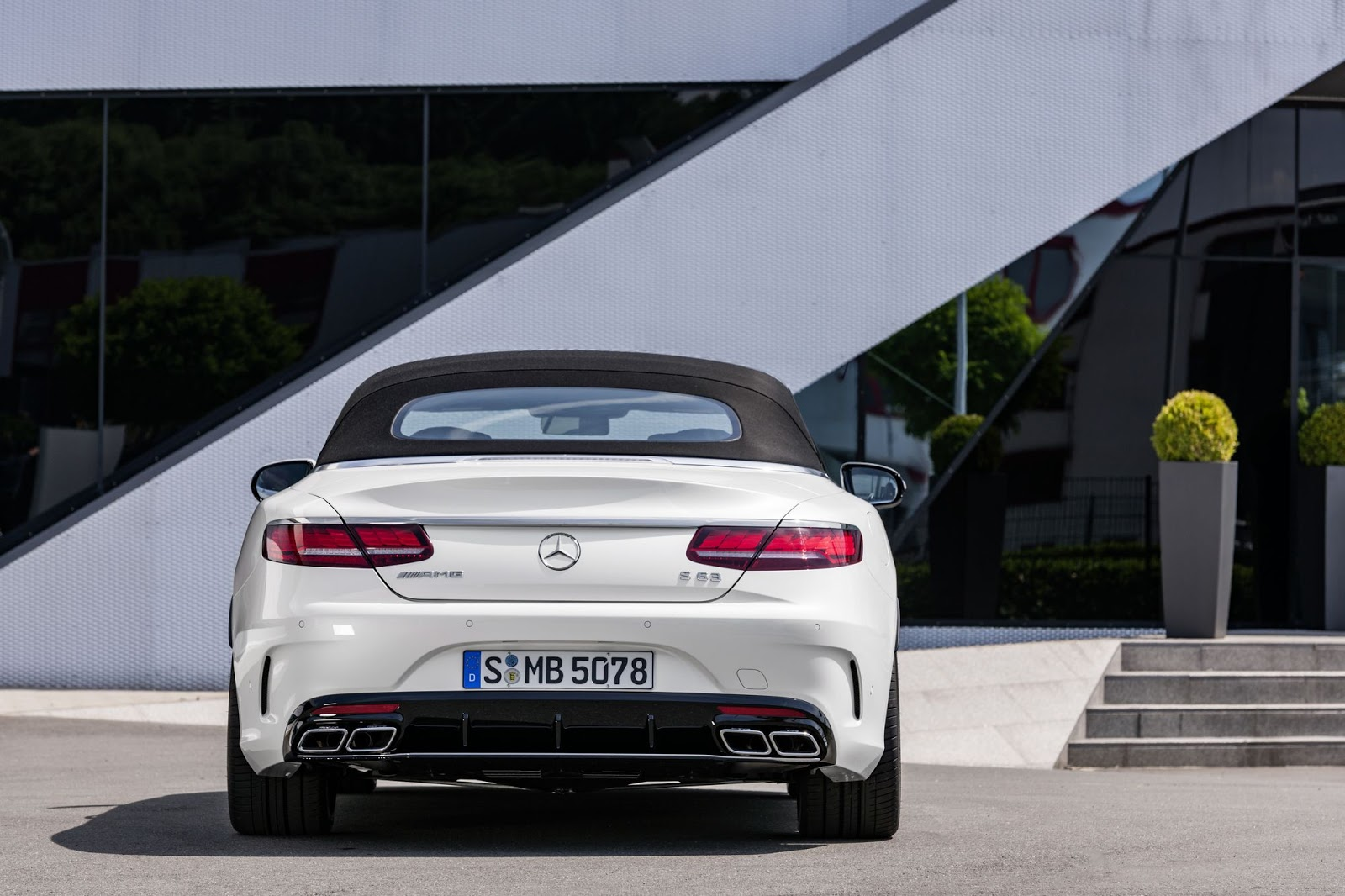 Mercedes-AMG S 63 4MATIC+ Cabriolet, 2017. Exterieur: designo diamantweiß bright;Kraftstoffverbrauch kombiniert: 10,1 l/100 km; CO2-Emissionen kombiniert: 229 g/km*  Mercedes-AMG S 63 4MATIC+ Cabriolet, 2017. Exterior: designo diamond white bright;Fuel consumption combined: 10.1 l/100 km; CO2 emissions combined: 229 g/km*