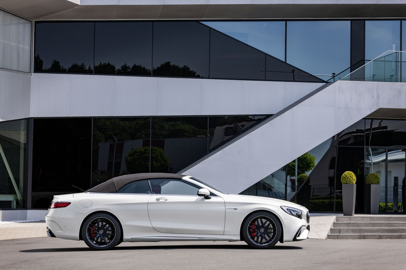 Mercedes-AMG S 63 4MATIC+ Cabriolet, 2017. Exterieur: designo diamantweiß bright;Kraftstoffverbrauch kombiniert: 10,1 l/100 km; CO2-Emissionen kombiniert: 229 g/km*
