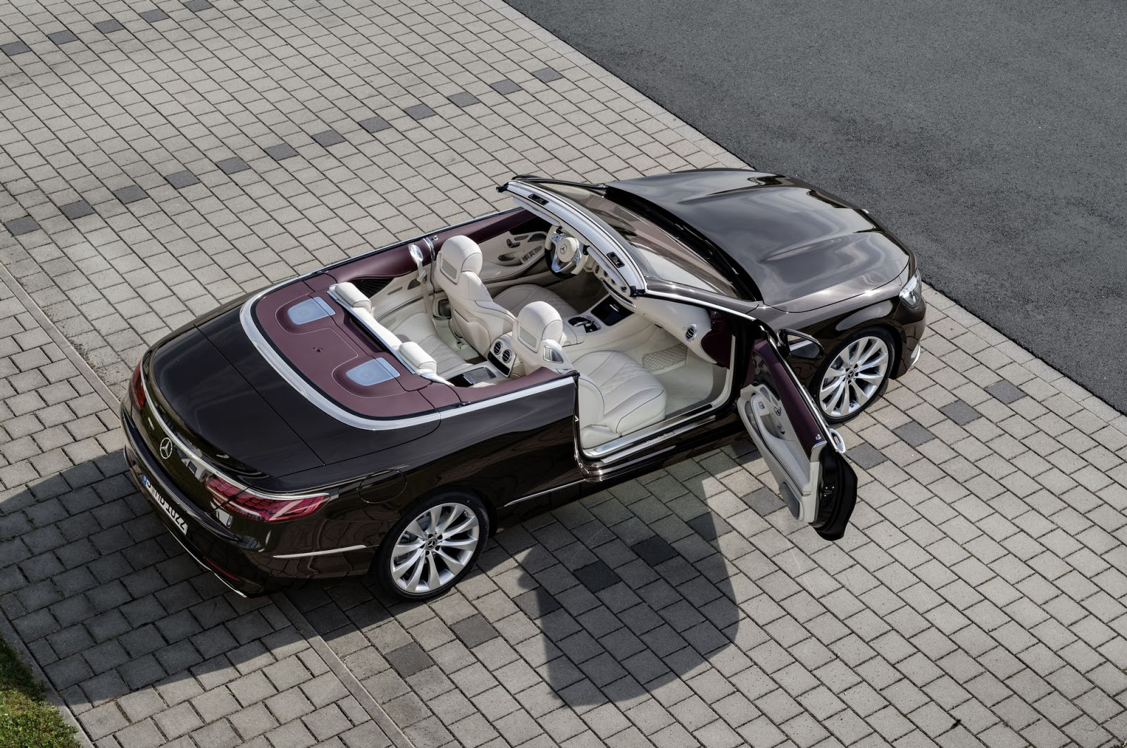 Mercedes-Benz S-Klasse Cabriolet; A 217; Exterieur: designo mokkaschwarz; Interieur: designo Leder porzellan/tizianrot; Zierteile: designo Klavierlack flowing lines schwarz   Mercedes-Benz S-Class Cabriolet; A 217; Exterior: designo mocha black; Interior: designo leather porcelain/tizian red; Trim parts: design piano lacquer, black flowing lines