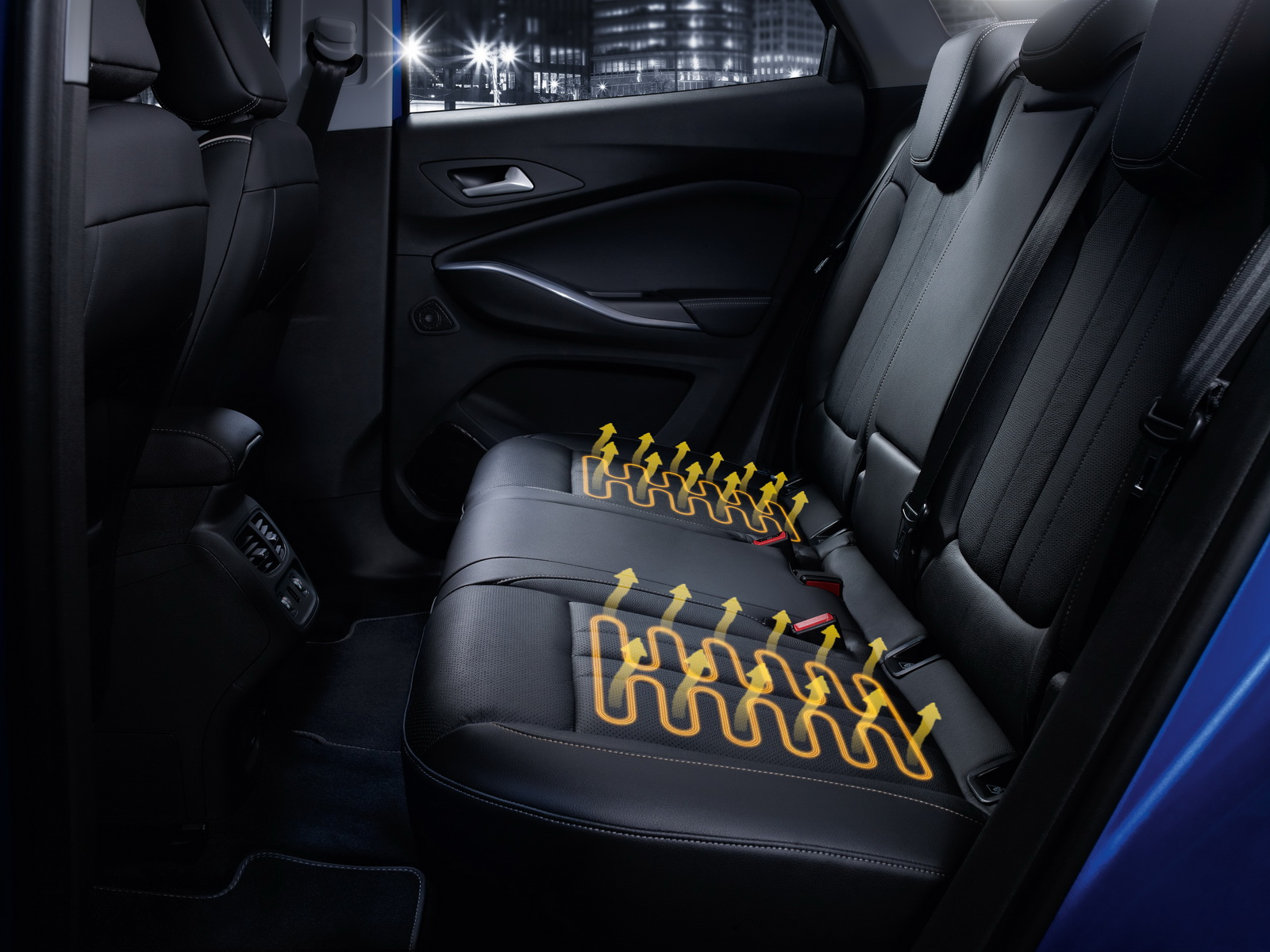 Warm and cosy, all round: In the Opel Grandland X, not only the front-seat occupants but also the passengers on the outer rear seats get to enjoy seat heating.