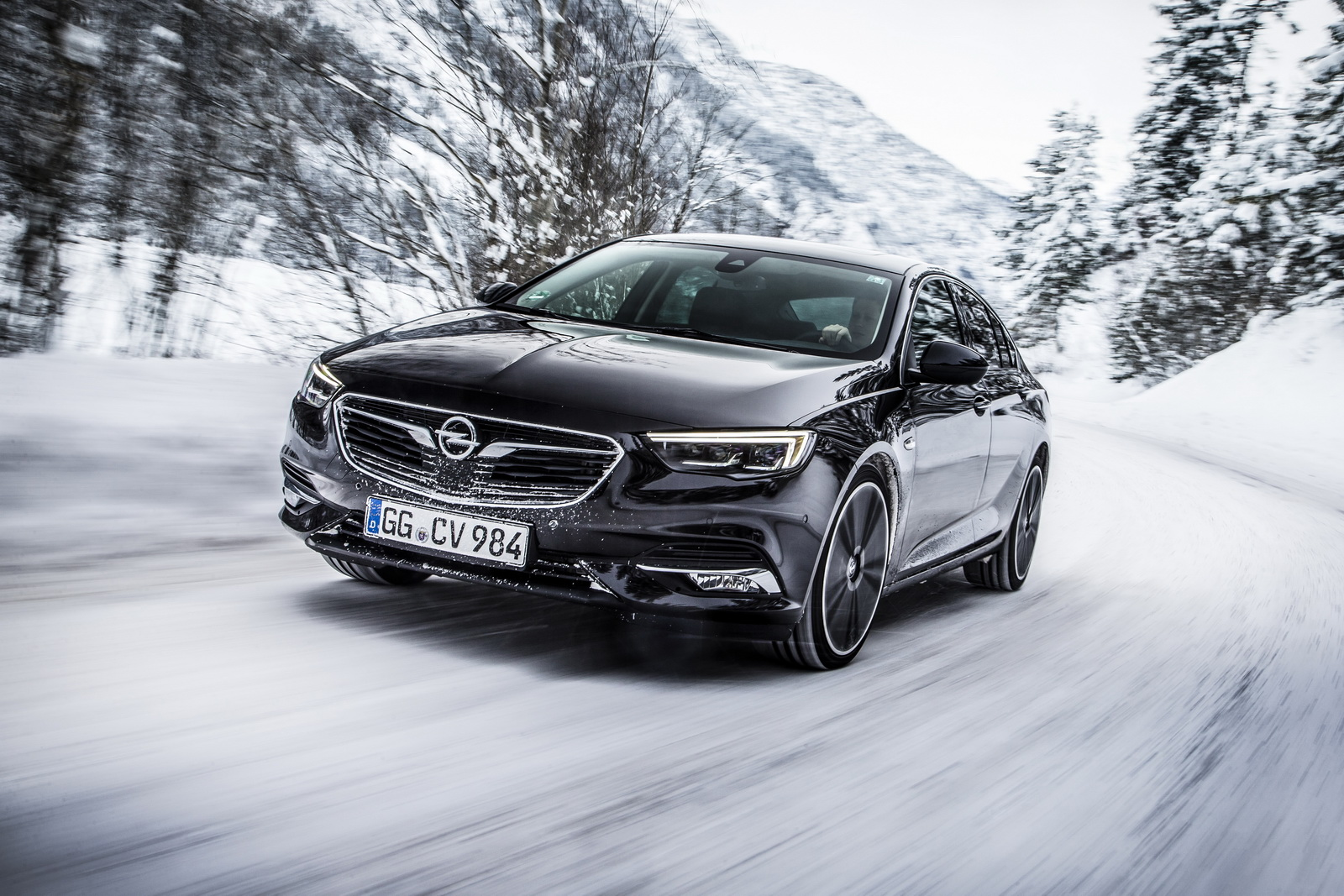 The new Opel Insignia Grand Sport 4x4 offers optimum dynamics, feel and handling in all situations.