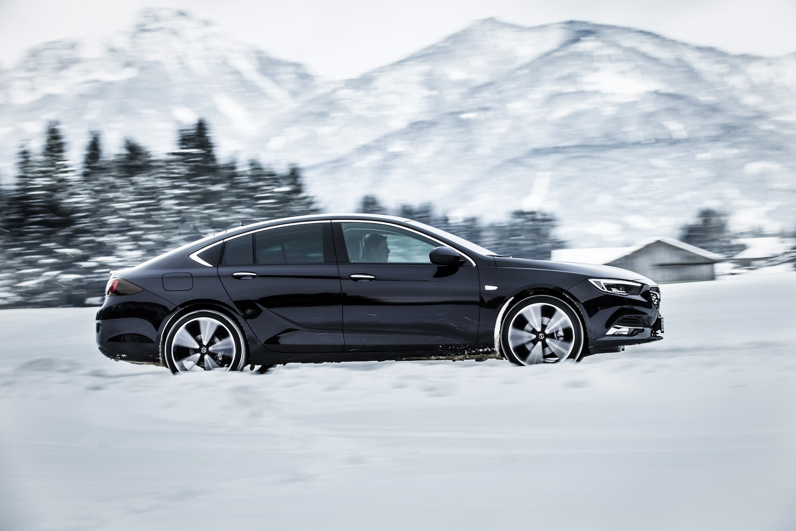 The new Opel Insignia 4x4 offers optimum dynamics, feel and handling in all situations.