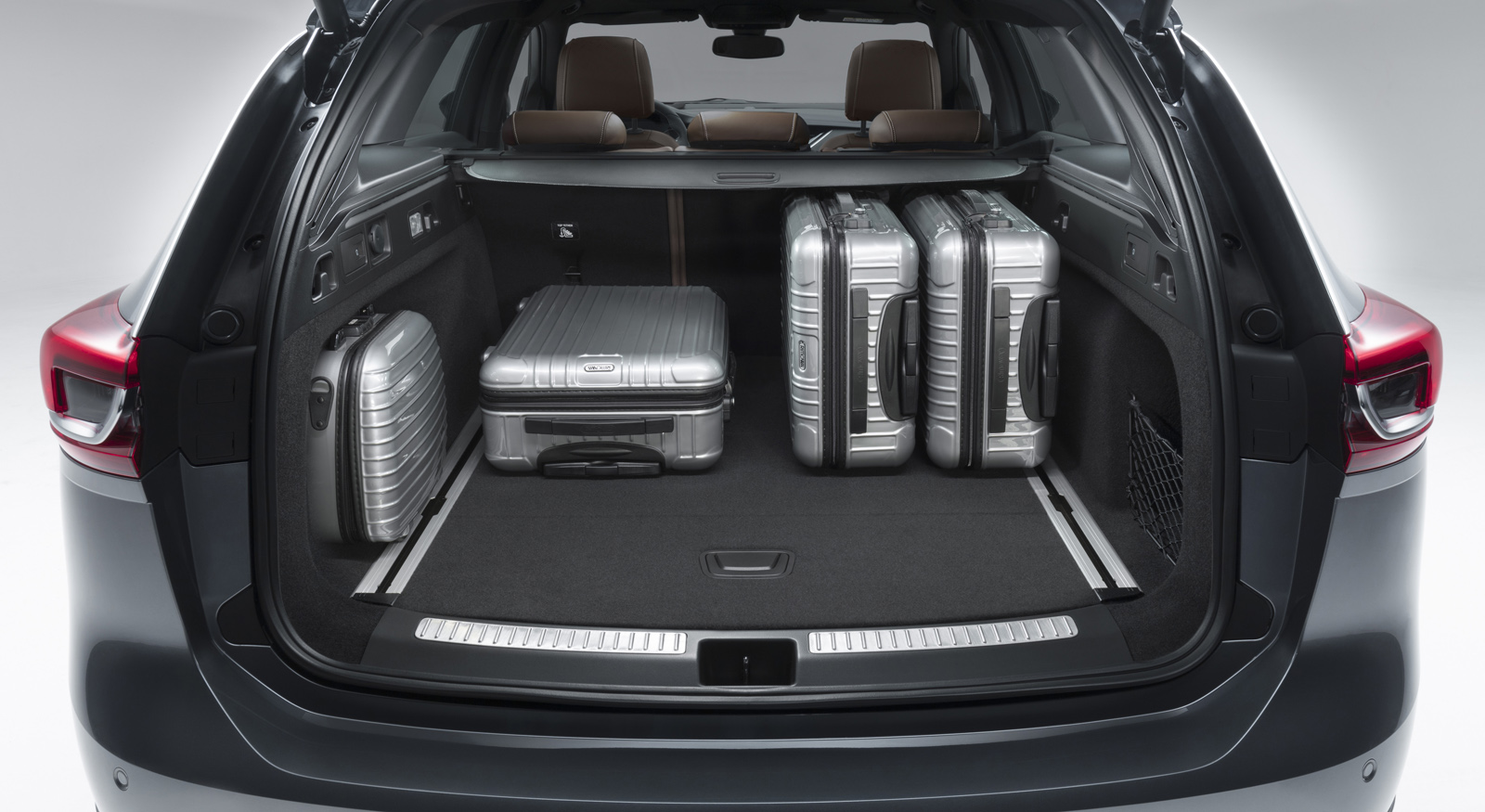Perfect for packing: The trunk of the new Opel Insignia Sports Tourer offers lots of space, a wide load surface and – with the FlexOrganizer pack – luggage nets and fastening rails in the floor.