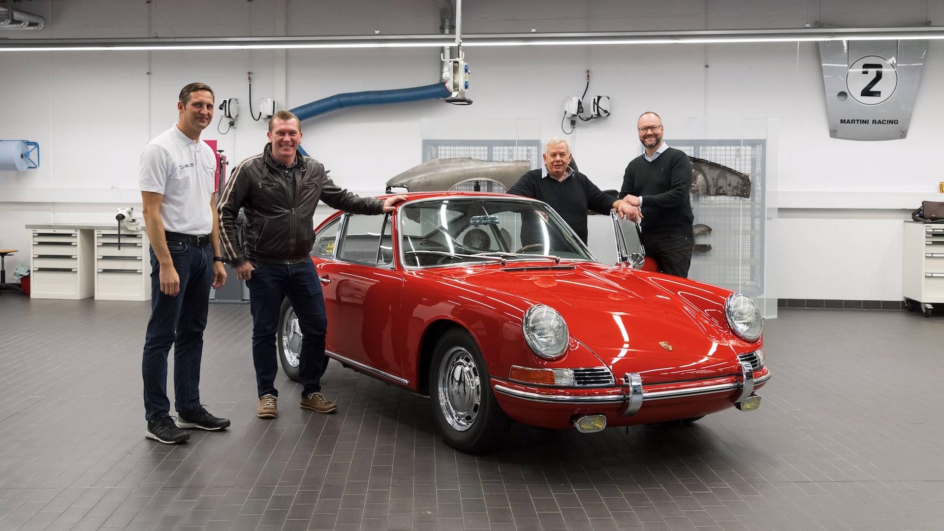 Porsche 901 911 restoration porsche museum (16)