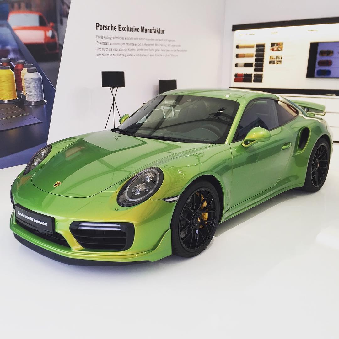 Porsche 911 Turbo S Python Green Chromaflair (1)