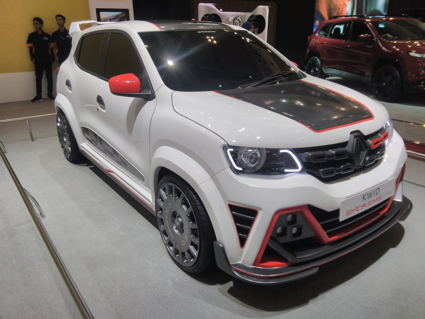 Renault-Kwid-Extreme-at-GIIAS-2017-right-front-three-quarters