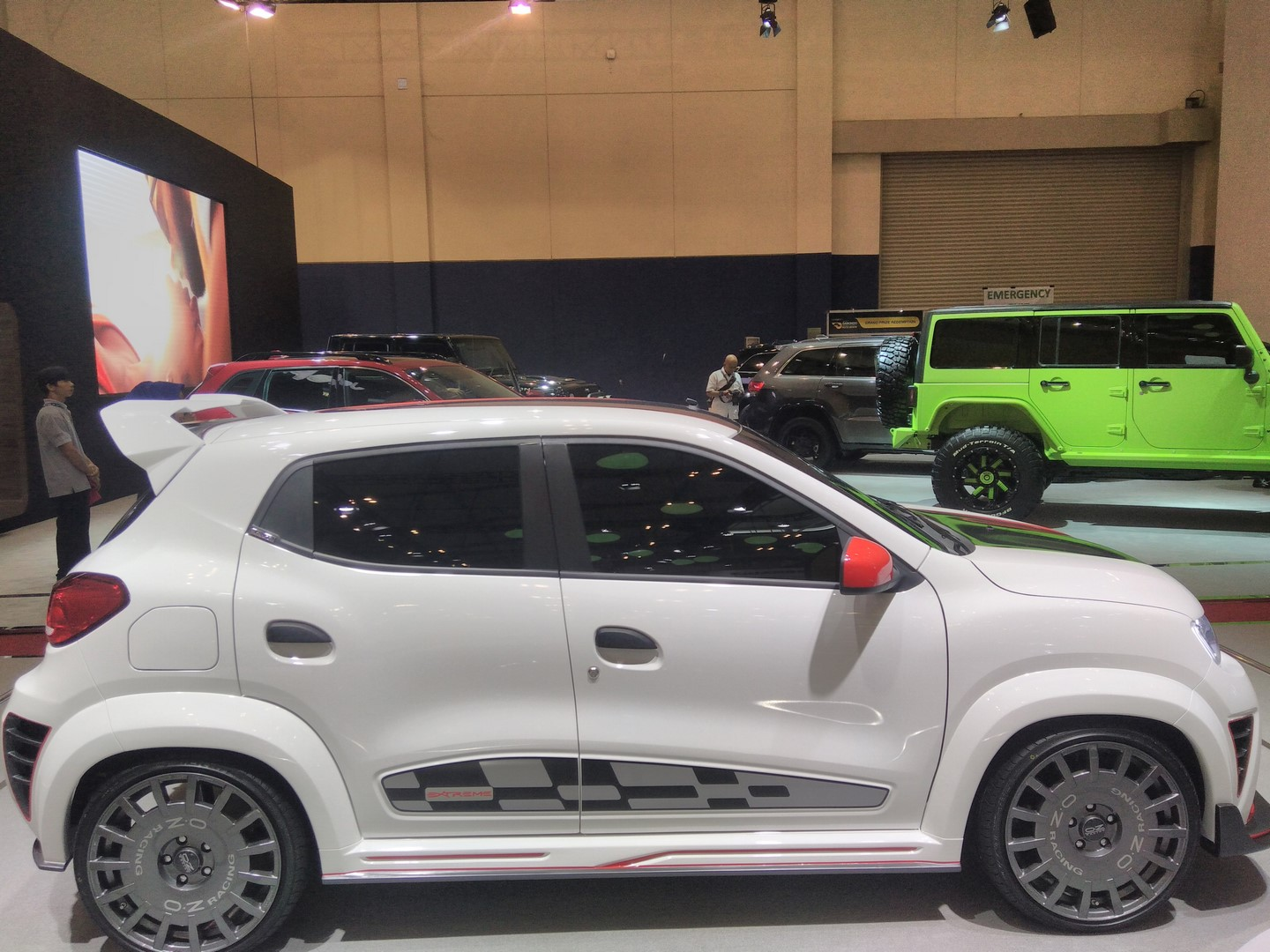 Renault-Kwid-Extreme-at-GIIAS-2017-right-side-view