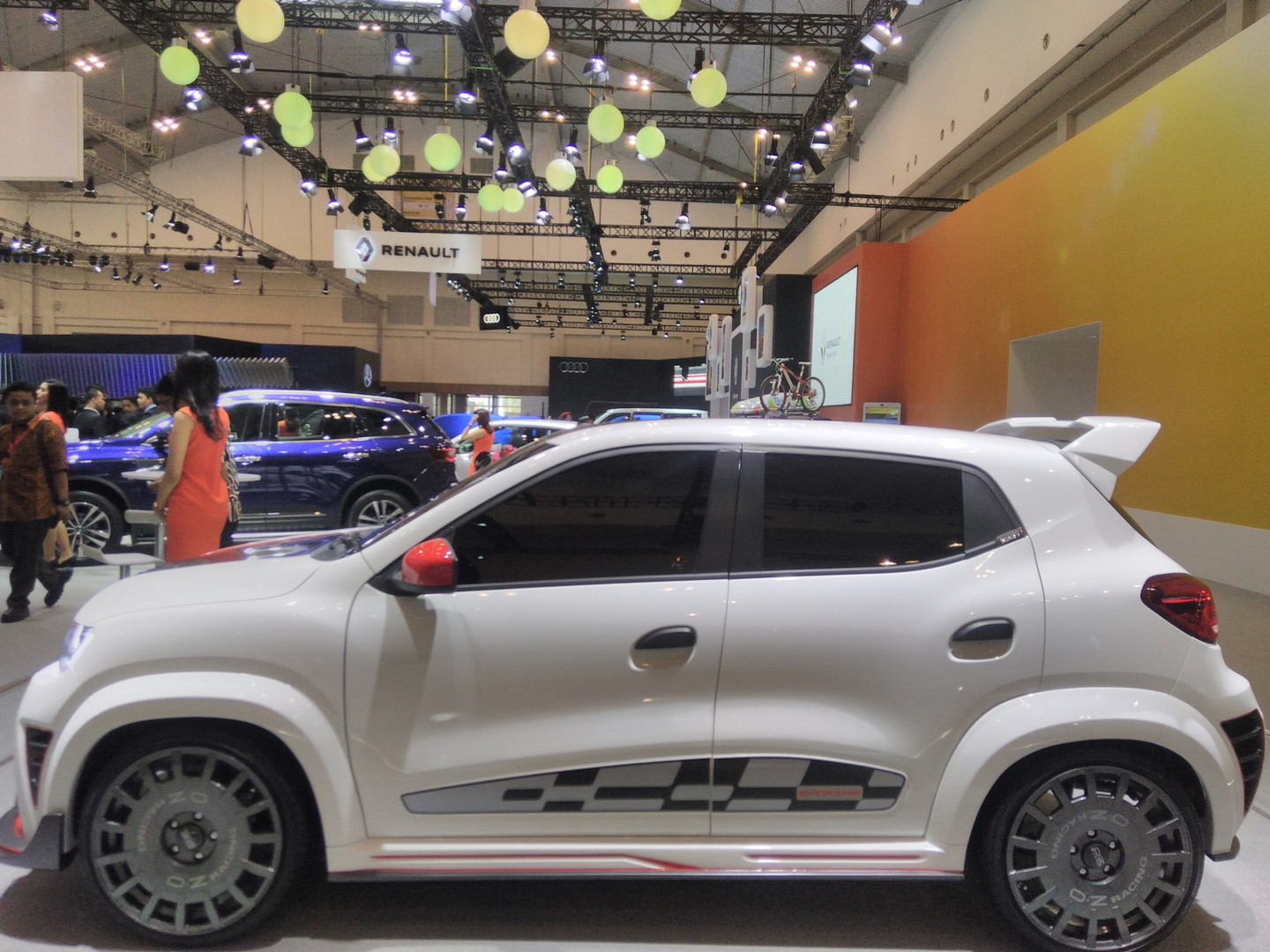 Renault-Kwid-Extreme-at-GIIAS-2017-side-view