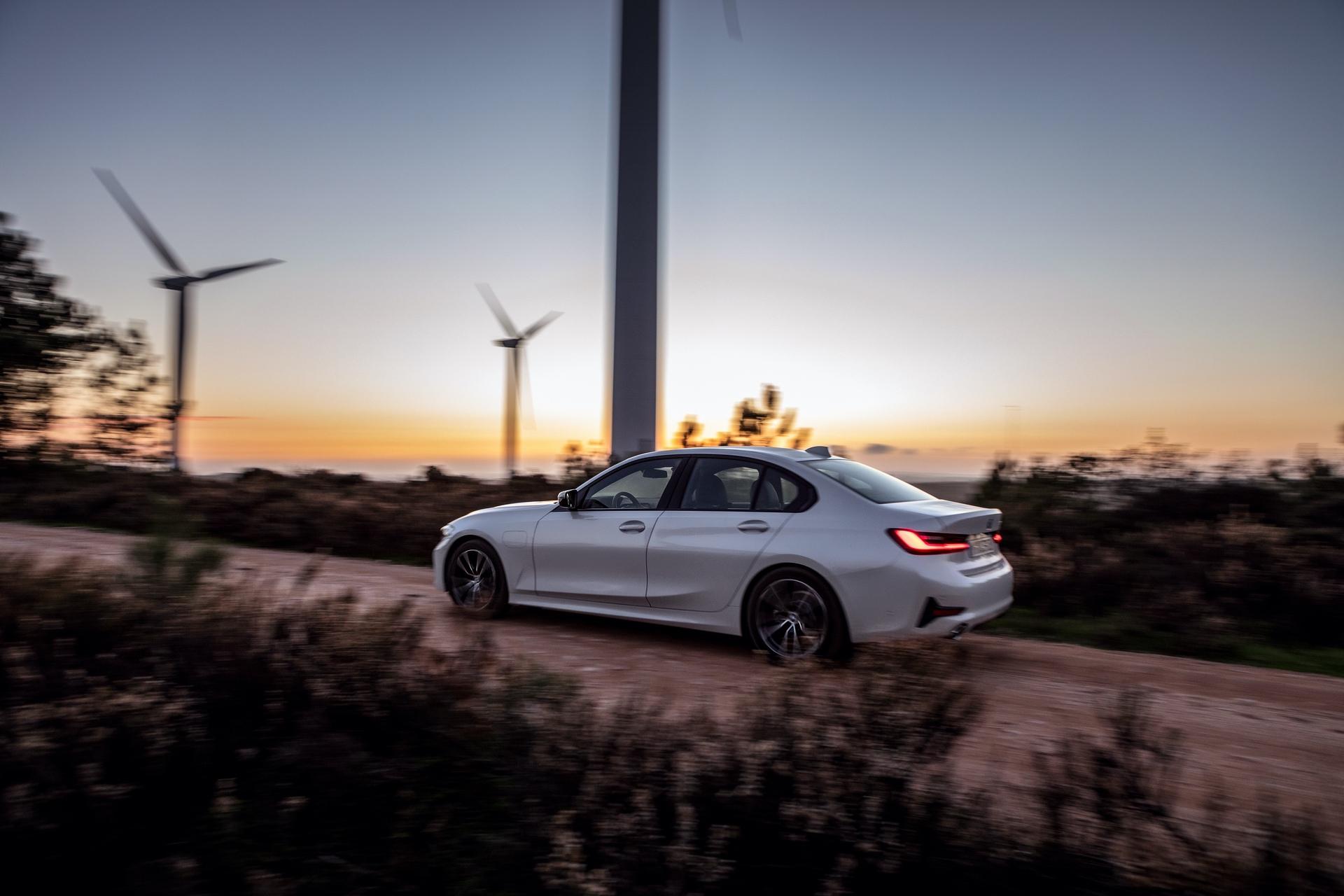 2019_BMW_330e_0010