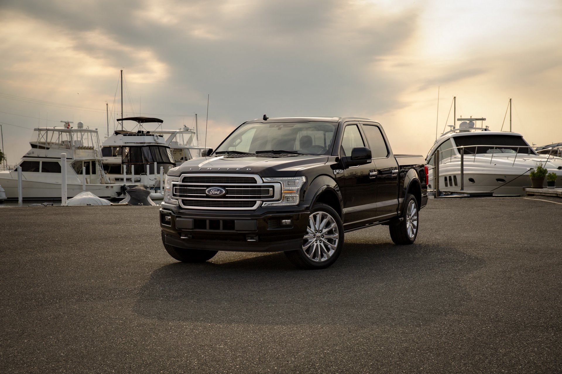 2019_Ford_F-150_Limited_0001