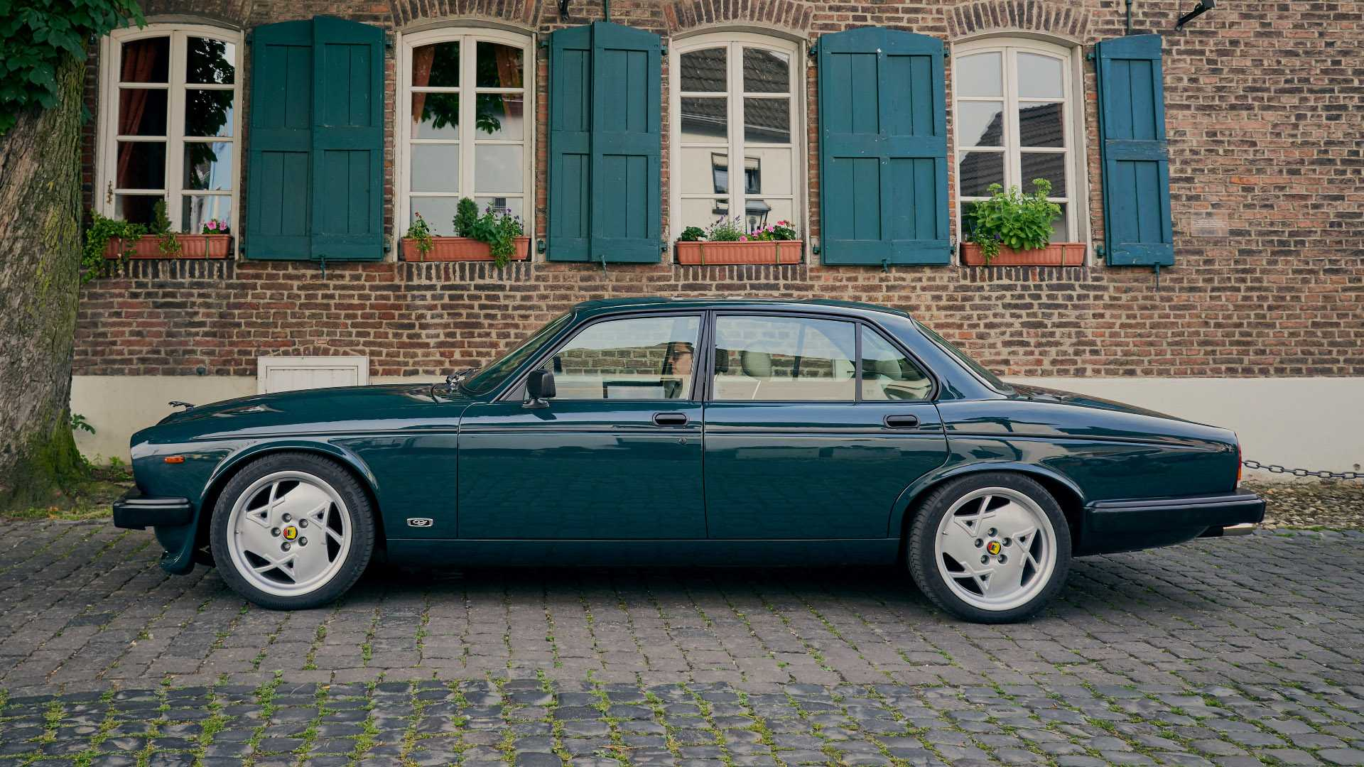 Arden_AJ_4_Jaguar_XJ12_0002