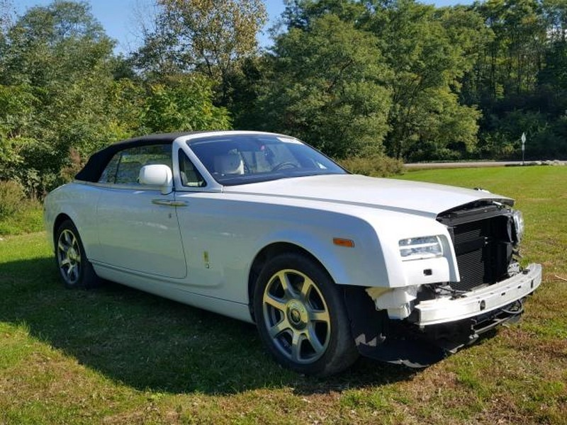 Crashed Rolls-Royce Phantom Drophead Coupe and Dawn (1)
