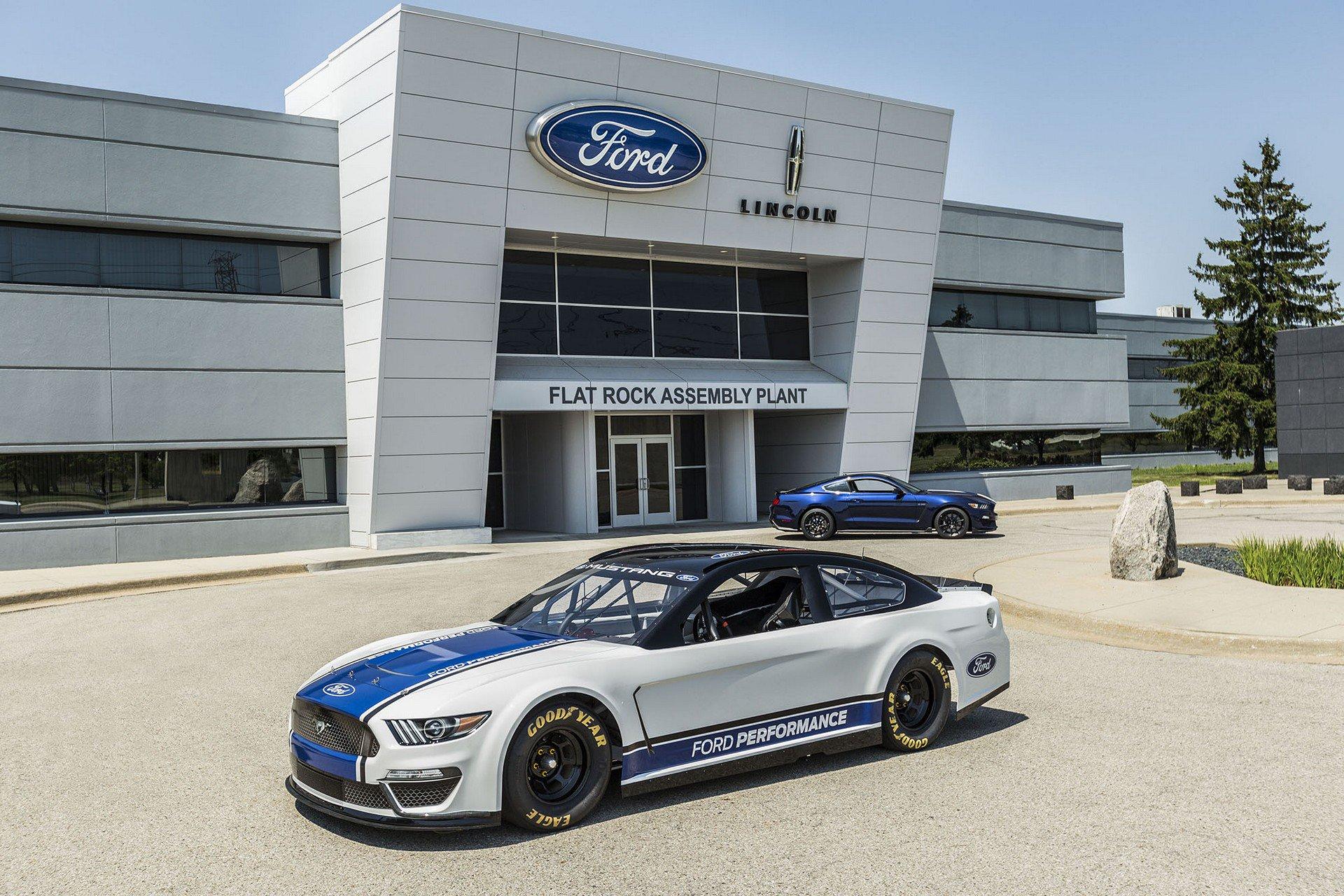 Ford Mustang Monster Energy NASCAR 2019 1