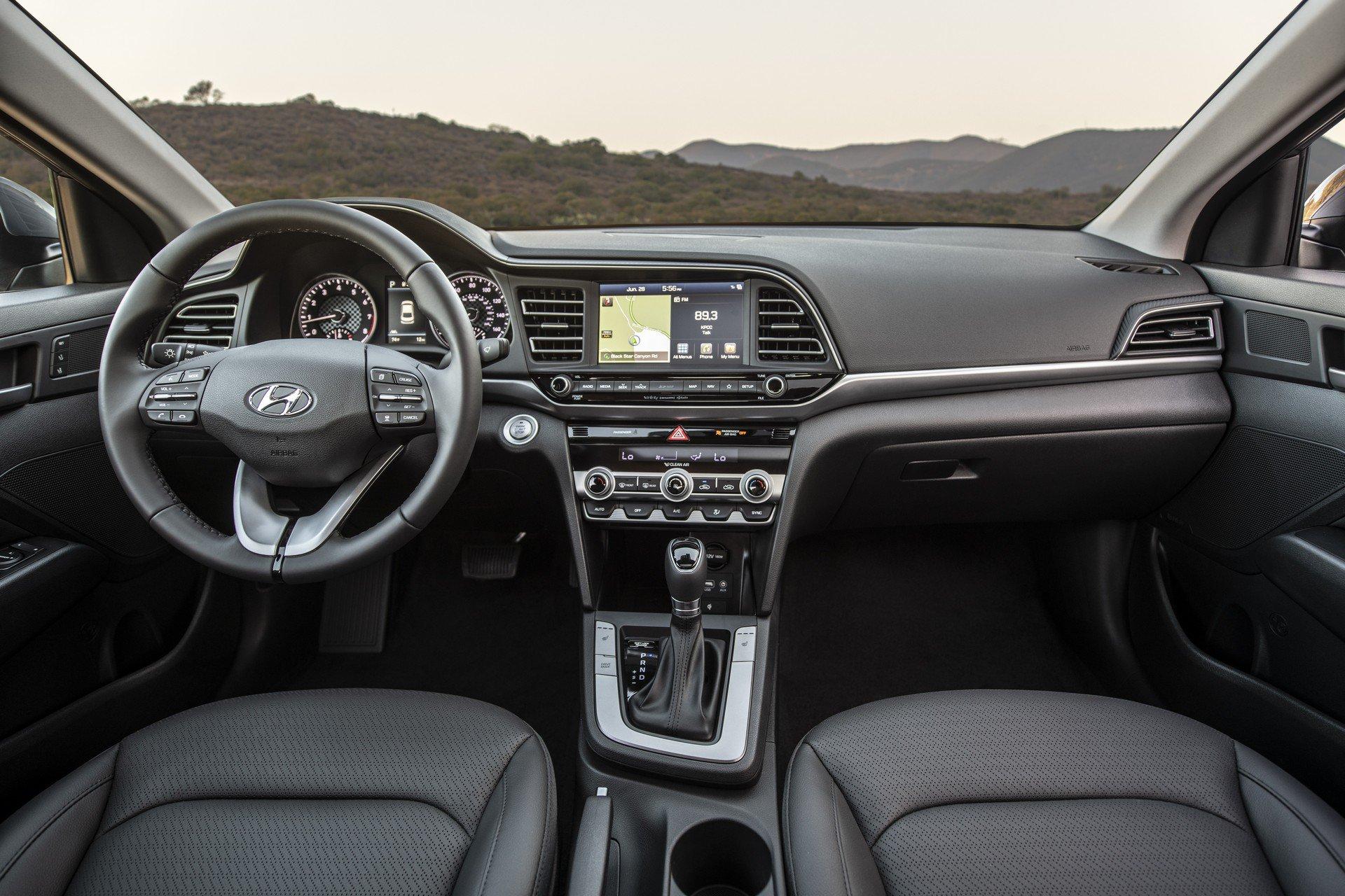 Hyundai Elantra 2019 (20)
