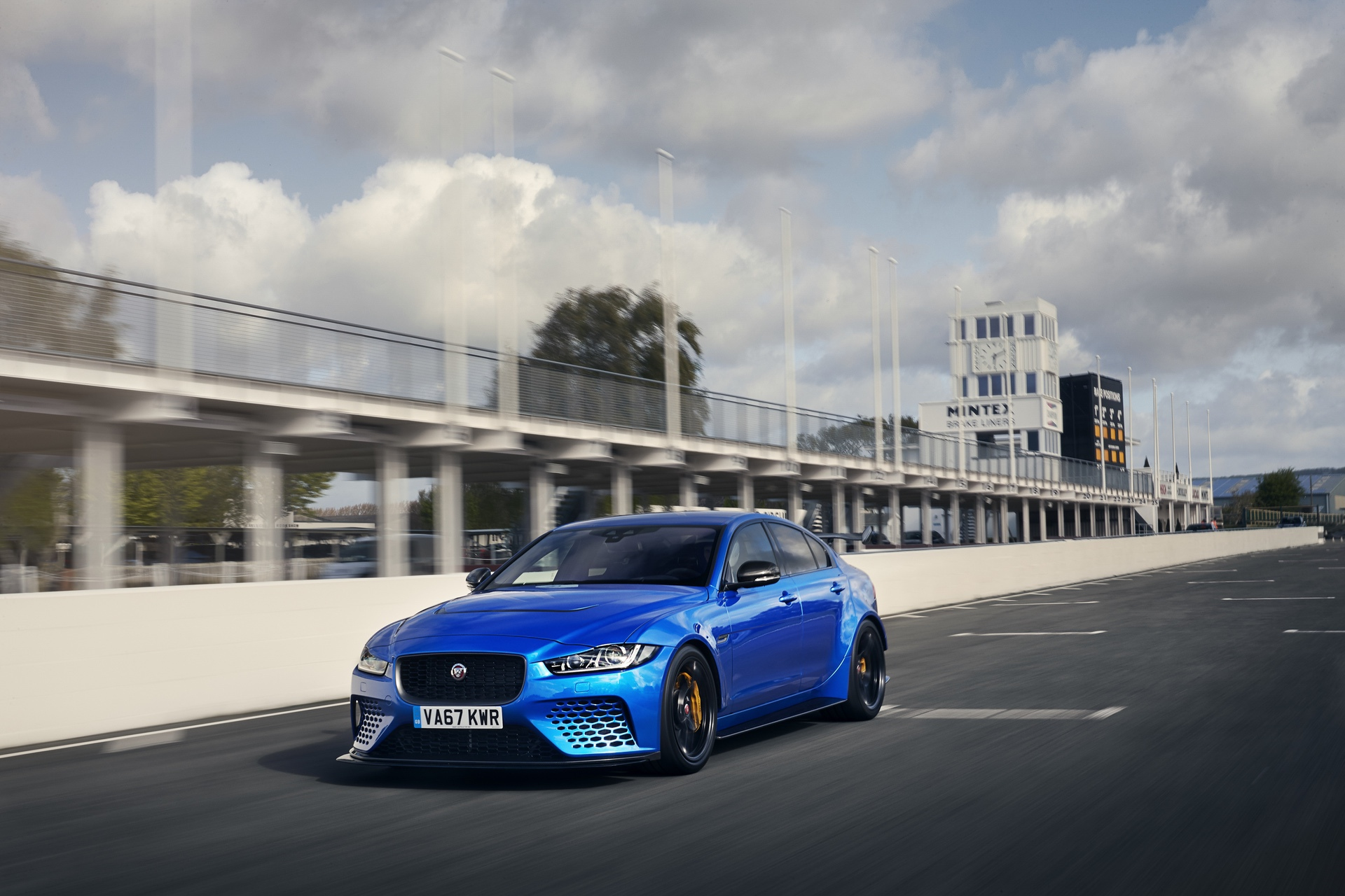 Jaguar_XE-SV_Project_8_at_Goodwood_0001