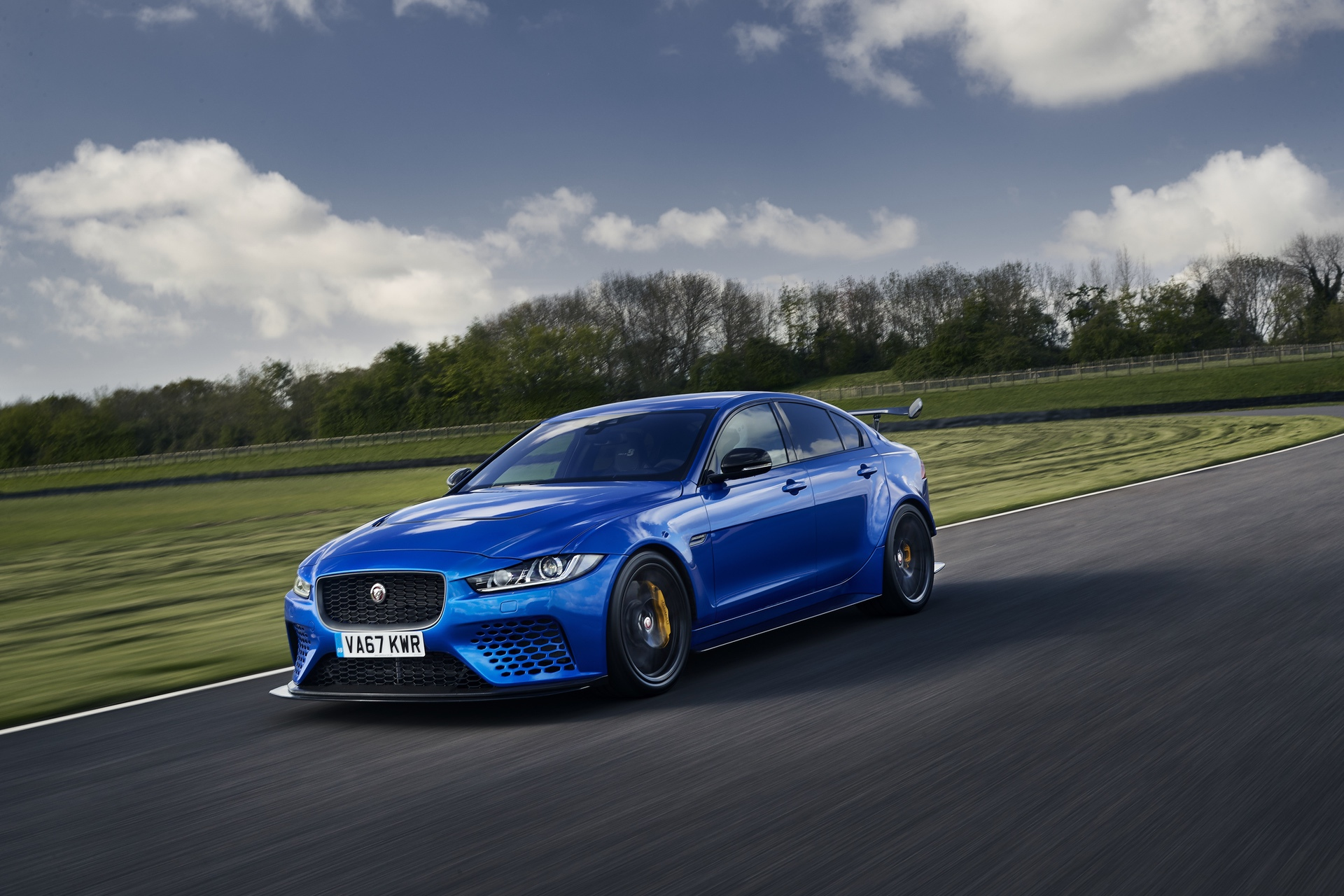 Jaguar_XE-SV_Project_8_at_Goodwood_0002