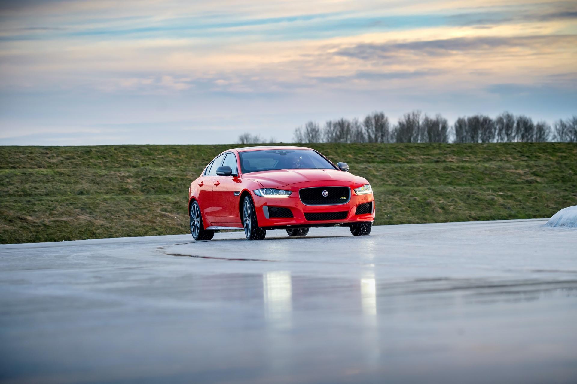 Jaguar_XE_300_Sport_0027