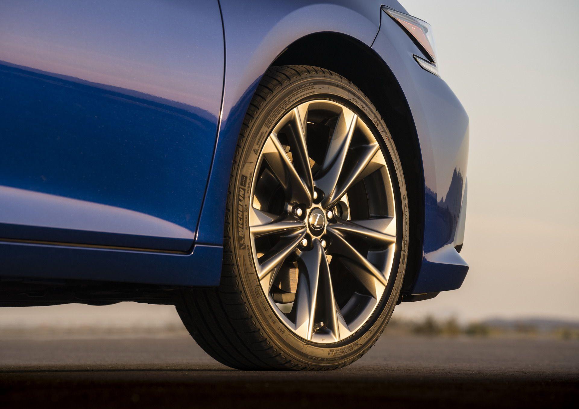 2019-Lexus-ES-32